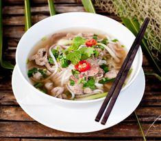 Rosół pho wg Magdy Gessler - Przepisy.Ta najpopularniejsza wietnamska zupa wymaga bardzo długiego gotowania. W Wietnamie zaczynają ją gotować późnym popołudniem, żeby była gotowa na śniadanie. Specjalnego smaku nadają jej egzotyczne dodat Rosół pho wg Magdy Gessler to przepis, którego autorem jest: Magda Gessler