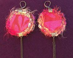 Boucles d'oreille dormeuses rondes réversibles en tissu satiné et velours/lin tons fuchsia et orange. Made by Lunabellune