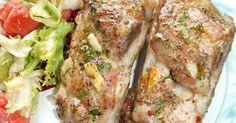 Fabulosa receta para Costillas de cerdo asadas al ajo y perejil . Esta carne ha sido asada a fuego bajo para que quede bien tierna. El condimento utilizado es muy sencillo pero da al cerdo un sabor muy rico. Se puede acompañar con patatas asadas o fritas, con arroz blanco salteado en mantequilla e, incluso, con pasta cocida y acompañada de un chorrito de aceite. Lechon, Meatloaf, Ribs, Steak, Grilling, Good Food, Pork, Food And Drink, Beef