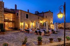 In der Weite eines mediterranen Gartens mit Mandel-, Feigen- und Pfirsichbäumen liegt in der Nähe des Ortes Manacor verträumt das Son Amoixa Vell. Das stilvolle und strandnah gelegene Landhotel empfängt den Urlauber in romantischer Idylle, die ein wenig an die Toskana erinnert. Vom Parkplatz aus führt eine breite Steintreppe hinauf auf die prachtvolle Piazza, die den Mittelpunkt des aus dem 16. Jahrhundert stammenden, herrschaftlichen Landguts bildet.