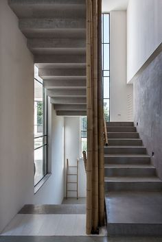 This house designed by Neuman Hayner Architects is composed of two cubes separated by a passage and combining into an L-shaped house. The interiors features several hanged items, like lightings, chairs and beds #staircase