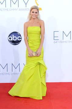 Julie Bowen (Modern Family) wearing a Dress from Monique Lhuillier. Julie Bowen Modern Family, Emmys Best Dressed, Beautiful Dresses, Nice Dresses, Gorgeous Dress, Monique Lhuillier Dresses, The Emmys, Red Carpet Looks, Red Carpet Fashion