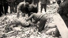 Buscando víctimas entre los escombros de las casas destruidas tras un bombardeo sobre Valencia en 1937 Búscame en el ciclo de la vida: Manuel Azaña y el bombardeo de Valencia del 16 de Mayo de 1937