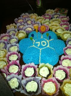 Daisy cake with Flower cupcakes
