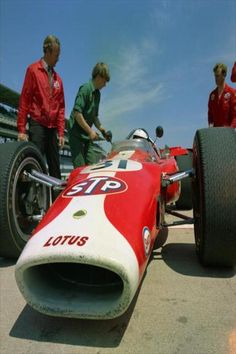 Indy Jim Clark& Lotus expired after just 35 laps. In fact, the last-placed finishers of the race were Mario Andretti, Jim Clark, Graham Hill and Lloyd Ruby, all with mechanical difficulties. Indy Car Racing, Indy Cars, Road Racing, Vintage Race Car, Vintage Bikes, F1 Lotus, Classic Race Cars, Mario Andretti, Gilles Villeneuve