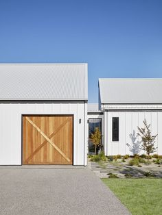 Garage link to house. Timber garage door and board and batten cladding. House Cladding, Exterior Cladding, Facade House, Design Garage, House Design, Garage Halloween, Timber Garage Door, Garage Exterior, Car Garage