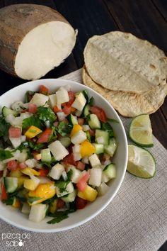Con jícama, mango, pepino, tomate y cebolla morada. Una comida ligera y fresca, o para acompañar otro platillo como un filete de pescado o salmón a la parrilla