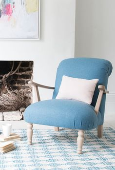 Joey And Chandler Apartment Decor Ever wondered how to get toned arms without bulking up? Our Brew armchair could be just your cup of tea. Luxury Homes Interior, Home Interior Design, Diy Couch, Cool Furniture, Furniture Chairs, Office Furniture, Furniture Ideas, Office Chairs, Dining Chairs