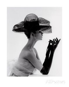 Jean Shrimpton in a Madame Paulette stiffened net hat, photographed by John French, Jean Shrimpton, Audrey Hepburn, Poses, Caroline Reboux, Moda Lolita, Idda Van Munster, Vintage Fashion Photography, Retro Photography, Flower Photography