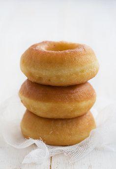 DONUT´S 350 gr de harina de fuerza fermento previo 1 pizca de sal 80 ml de leche 75 gr de azúcar 2 cucharadas de miel suave 1 pizca de canela en polvo 1 pizca de vainilla en polvo 2 huevos L 80 gr de mantequilla pomada aceite de girasol para freir