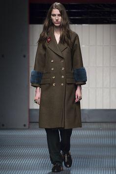 Gucci Fall 2015 Ready-to-Wear Fashion Show - Sabina Lobova (Elite Milan) Gucci, Mode Mantel, Fashion Week 2018, Costume, Russian Fashion, Fall Winter 2015, Military Fashion, Military Style, Military Jacket