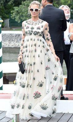 Parece aqueles vestidos de época. Só que é das moças mais pobres, sem dotes. (lembrou dos livros da Jane Austin). Dani Cabo