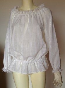 Camicia bianca di cotone con pizzo. Tela serba (srpsko platno)