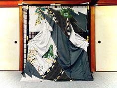 【伊藤若冲の世界/訪問着】 若冲の世界をモチーフに、染め絞りの技法を駆使し、となみ織物が製作した訪問着。  袖を通すと、直に職人の技と喜びに包まれる着物です。