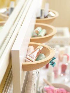 Medios bowls adosados , le dan un toque original a este baño.