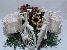 Bicicleta Branca para Decoração  Comprimento 25cm  Altura 17cm  Largura 15cm  (a fita pode ser azul como na foto, rosa ou Branca)    -Decore o Quarto do seu baby  -Decore a Mesa do Chá de Bebê  -Decore o centro de mesa do Chá de Bebê  _Decore a mesa de decoração do casamento    *Pode ser acrescen...