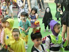 ホーチミンにある幼稚園のハロウィンパーティのカオナシのコスが圧倒的存在感で阿鼻叫喚を引き起こす - Togetterまとめ