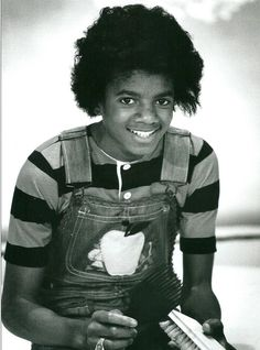 Michael Jackson - Cuteness in black and white ღ  https://pt.pinterest.com/carlamartinsmj/