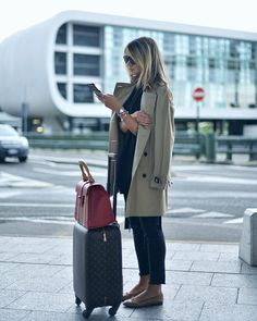Pin for Later: 23 Perfect Travel Outfits From Real Girls on the Go For an instantly classic outfit, the trench coat is your best friend. Throw on a pair of flats and you'll be ready to go once your plane lands. Travel Packing Outfits, Packing Clothes, Airport Travel Outfits, Airport Attire, Travel Attire, Plane Travel Outfit, Business Travel Outfits, Travelling Outfits, Business Wear