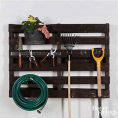 Upcycle a cast-off pallet into a garden tool organizer to hang in your garage or shed. Simply stain the pallet with your choice of stain color and attach pegboard wall hooks to hold your tools. Diy Garden Projects, Easy Diy Projects, Pallet Projects, Garden Tools, Garden Web, Garden Ideas, Backyard Ideas, Garden Tool Organization, Garden Tool Storage
