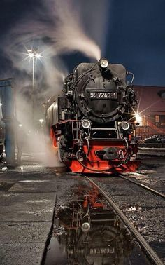 Trens e Locomotivas by Daniel Alho / Night Steam Train Train Car, Train Tracks, Train Rides, Locomotive Diesel, Steam Locomotive, Old Steam Train, Night Train, Old Trains, Train Engines