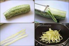 """Talharim de Abobrinha (low carb) Com um cortador de legumes retire """"fitas"""" da abobrinha e depois com uma faca, corte 2 ou 3 vezes no sentido do comprimento para ficar como um talharim. Refogue o talharim de abobrinha em 2 colheres de sopa de azeite. Polvilhe 1 colher rasa (café) de caldo de legumes em pó e 2 colheres (sopa) de água só para dar uma amolecida. Agora é só cobrir com o molho de sua preferência"""