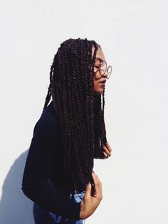 Learn how I wash my box braids. This is the perfect method maintaining your braids so they don't look too fuzzy, too soon!