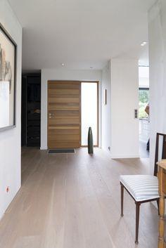 Porte dentrée Red Cedar Nativ 2 by Zilten. Wooden Front Door Design, Wooden Front Doors, Home Entrance Decor, House Entrance, Home Decor, Home Interior, Interior Decorating, Interior Design, Home Room Design
