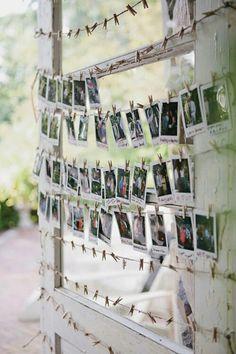 Polaroidfotos an Fensterrahmen klammern