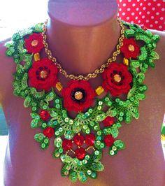 Ожерелье с красными цветами . Украшено тесьмой-бижутерией , стразами и пайетками . Свяжу  на заказ .