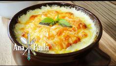 Uma delícia para ser servido à qualquer hora!!!!! Frango ao quatro queijos na pressão --------------------------------------- Ingredientes 1kg de filé de frango 3 colheres (sopa) de azeite ½ xícara (chá) de alho-poró 3 colheres (sopa) de molho de tomate 2 xícaras (chá) de leite 100 g de provolone 100 g de queijo prato 100 g de mussarela 50g de gorgonzola --------------------------------------- Modo de preparo Na panela de pressão coloque o azeite e doure o frango. Junte o alho-poró, molho de…