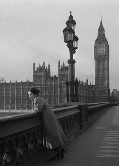 A tourist in London: An early shot of Elizabeth Taylor, from shows the young actress posing in the shadow of Big Ben on Westminster Bridge. Elizabeth Taylor, Vintage London, Old London, London Fotografie, Michael Wilding, Unseen Images, Westminster Bridge, Evolution Of Fashion, London Photography