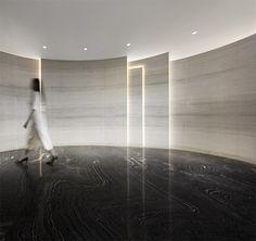 侨信揭阳办公会所–见山 | 故事空间-建e室内设计网-设计案例 Spa Interior Design, Spa Design, Interior Walls, Stone Wall Design, Feature Wall Design, Reception Desk Design, Lobby Design, Marble Wall, Booth Design