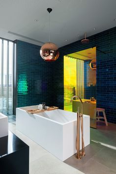 "cabbagerose: ""decadent industrial design: tom dixon apartments at greenwich peninsula, london/skidmore owings & merrill "" Bad Inspiration, Bathroom Inspiration, Interior Design Inspiration, Design Ideas, Design Design, Design Trends, Eclectic Bathroom, Bathroom Interior Design, Colorful Bathroom"