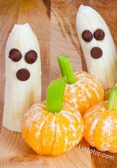 #14. Halloween Fruit Snacks | 15 Super Easy Halloween Treats To Make Halloween Brownies, Halloween Donuts, Halloween Cocktails, Halloween Desserts, Spooky Halloween, Postres Halloween, Halloween Breakfast, Halloween Snacks For Kids, Hallowen Food