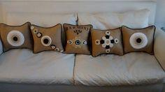 almohadones de arpillera y crochet