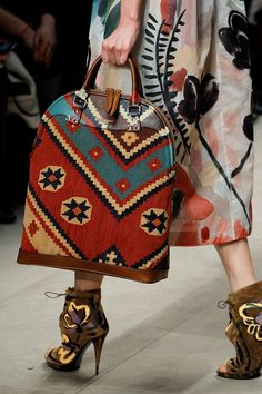The complete Burberry Fall 2014 Ready-to-Wear fashion show now on Vogue Runway. Model Burberry Fall 2014 Ready-to-Wear Fashion Show Burberry Prorsum, Tapestry Bag, Tapestry Crochet, Burberry Fall 2014, Mochila Crochet, Cuir Orange, Fashion Magazin, Handmade Bags, Louis Vuitton Speedy Bag