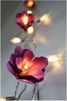 Luminaria de flores hechas con una huevera de cartón