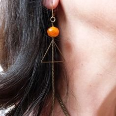 Boucles d'oreille graphique triangle perles orange et métal et chaîne, collection marcelle