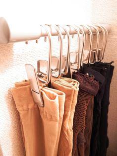 草間雅子の美的収納ブログストッキングを丸めずクリップで留めて、長いまま収納 Spare Room Closet, Master Closet, Closet Bedroom, Walk In Closet, How To Make Clothes, Making Clothes, Kitchen Items, Organization Hacks, Clothes Hanger
