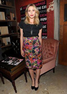 El estilo de Elizabeth Olsen / Elizabeth con blusa de Acne, falda de Erdem y pumps de Carven.