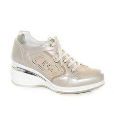 Sneakers con zeppa medio alta in pelle tortora.