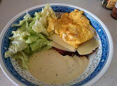 """""""hamburgare"""" gjord på fläskfärs, röd curry, lök, grädde, salt o peppar. Serverat med bearnaisesås, kinakål, ägg och så har jag några skivor ost på. Skulle använda bladen som """"bröd"""" men dom va lite försmå"""
