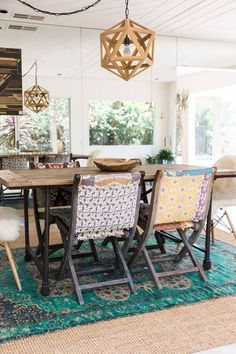 une salle à manger de style colonial qui adopte la déco bohème chic colorée