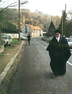 Ayatollah Khomeini in the Paris suburb of Neauphle le Chateau, late 1978./ !