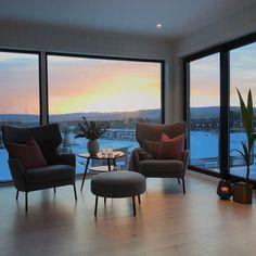 """Merete Jæger on Instagram: """"Helt nydelig solnedgang i dag 🌅 #livingroominspo #stue #livingroom #utsikt #view"""" Windows, Window, Ramen"""