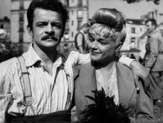 """Simone Signoret et Serge Reggiani dans """" Casque d'or """" film dramatique français réalisé par Jacques Becker, sorti en 1952. On set of the movie."""