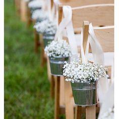 """25 curtidas, 2 comentários - Petits Mariages (@petitsmariages) no Instagram: """"Bom dia com essa linda inspiração de decoração para casamento ao ar livre. As chuvas de prata são…"""""""