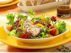 Mediterraner Salatteller mit feinen Schweineröllchen