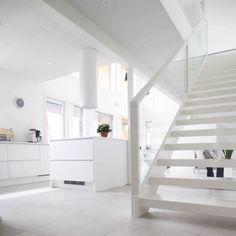 White Stairs Scandinavian scandinavian white home stairs hall homes Source: website black stairs staircase scandinavian white floor So. Scandinavian Cottage, Modern Scandinavian Interior, Minimalist Interior, White Staircase, Interior Staircase, Wood Steps, House Stairs, Cottage Interiors, White Houses
